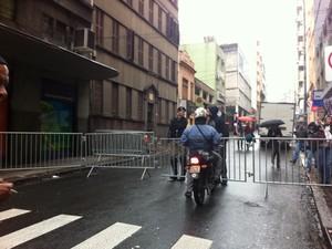 Trânsito é bloqueado na Rua Riachuelo, que dá acesso ao Palácio Piratini, em Porto Alegre (Foto: Felipe Truda/G1)