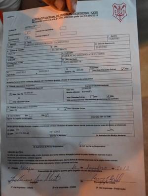 Contrato assinado por Fabinho Recife (Foto: João Áquila/GLOBOESPORTE.COM)