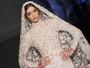 Prestes a se casar, Ana Beatriz Barros se veste de noiva em desfile em Paris