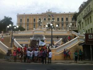 Manifestantes contra o aumento da passagem de ônibus se concentram em frente ao Palácio Anchieta (Foto: Viviane Machado/ G1)