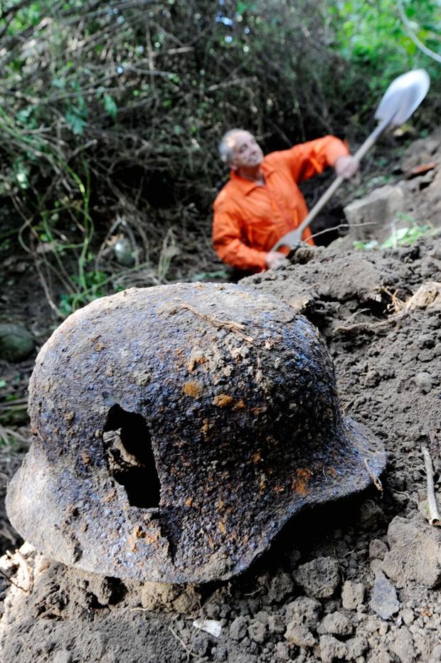 capacete usado em batalha na Segunda Guerra (Foto: MAURIZIO GAMBARINI/AFP)