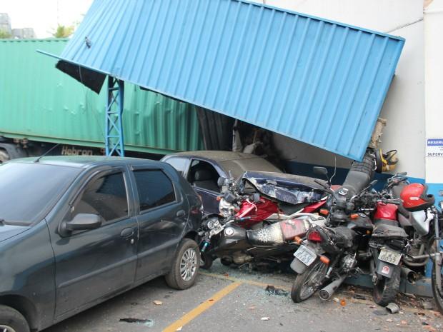 Uma carreta invadiu uma fábrica de gelos na tarde desta segunda-feira  (Foto: Tiago Melo/G1 AM)