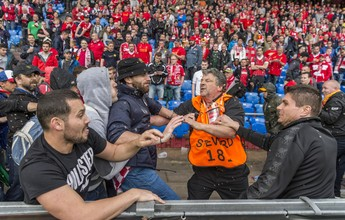 Torcedores de Liverpool e Sevilla brigam antes de final da Liga Europa