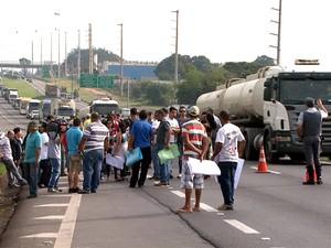 Protesto pela manhã complicou o trânsito na via Anhanguera em Limeira (Foto: Reprodução EPTV)