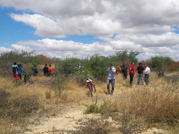 Corpos foram achados pelo tio de uma das vítimas (Foto: Aracelly Romão / TV Grande Rio)