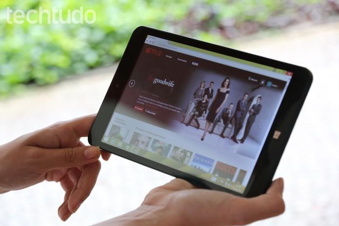 A tela do Qbex TX420i 8 polegadas e boa resolução (Foto: Carol Danelli/TechTudo)
