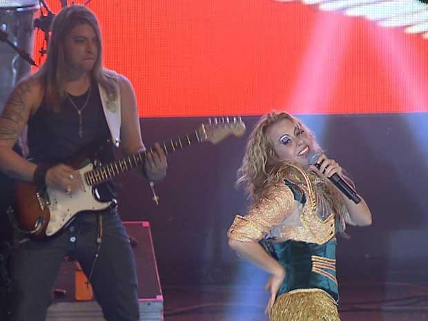 A cantora Joelma ao lado do guitarrista Ian Marinho, substituto de Chimbinha na banda Calypso (Foto: TV Globo/Reprodução)