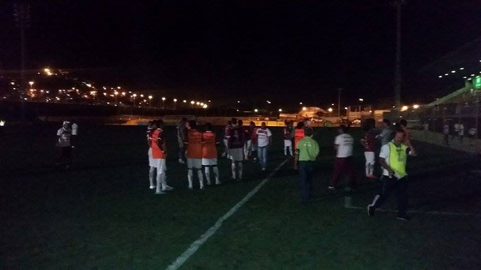 Jogo é paralisado devido à falta de luz no Araripe (Foto: Sidney Novo / GloboEsporte.com)