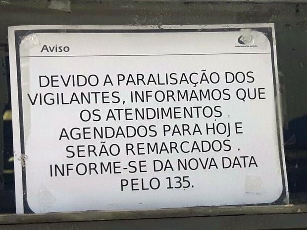 Aviso afixado na porta da agência  do INSS da Barreto Leme, em Campinas (Foto: Murillo Gomes)