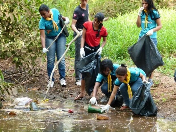 Voluntários retiraram pneus e garrafas pets do Rio Tamanduá (Foto: Paula Casagrande/G1)