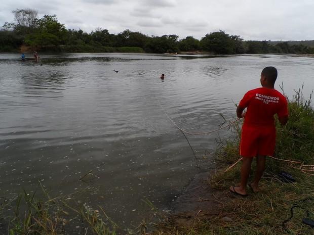 Bombeiros seguem com as buscas no Rio Mucuri durante o domingo. (Foto: Victor Couy/InterTV)