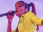 Lily Allen se apresenta sem sutiã e mostra demais em show