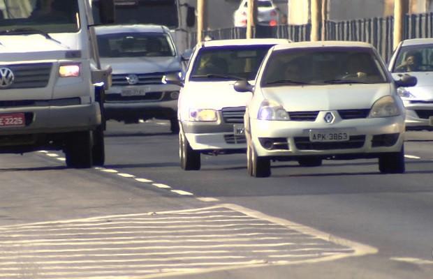 Aplicativo ajuda motoristas a se lembrarem de ascender o farol em rodovias de goiás (Foto: Reprodução/TV Anhanguera)