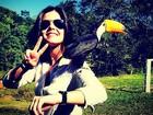 Giovanna Lancellotti se diverte com tucano e diz: 'E viva a natureza!'