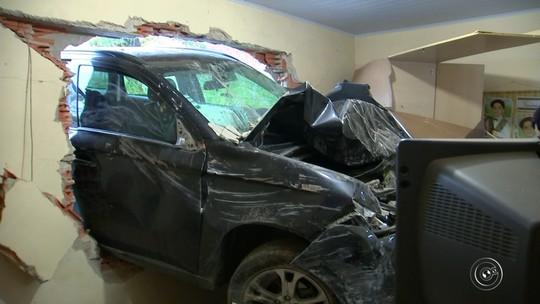 Mãe e filha ficam presas sob concreto depois de carro atingir parede de casa