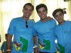 Rodrigo Simas participa de desfile solidário com a família
