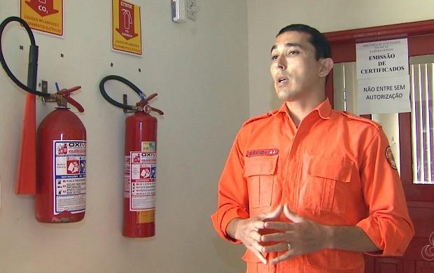 Major Otoni Miranda alerta sobre as situações que podem causar um incêndio em casas e prédios (Foto: Bom Dia Amazônia)
