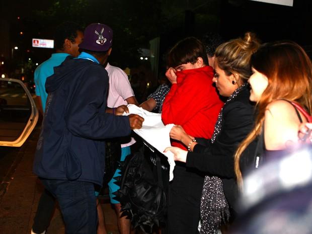 Fãs brigam por camisa dada por Lindsay Lohan em loja em São Paulo (Foto: Iwi Onodera/ EGO)