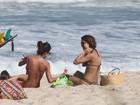 Thaila Ayala e Sophie Charlotte curtem praia no Rio