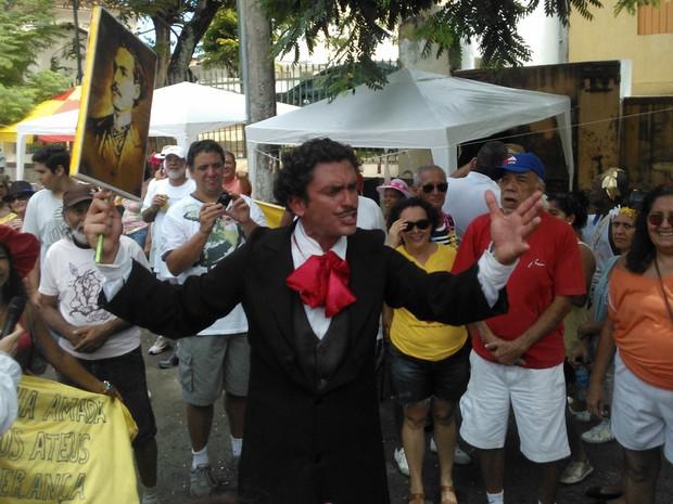 Homem faz homenagem a Castro Alves durante a Mudança do Garcia (Foto: Midiã Noelle/G1)