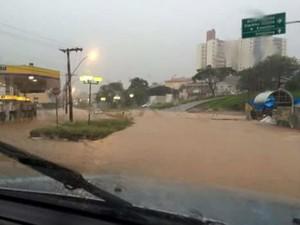 Via de Itatiba ficou alagada após chuva de quase duas horas (Foto: Arquivo Pessoal)
