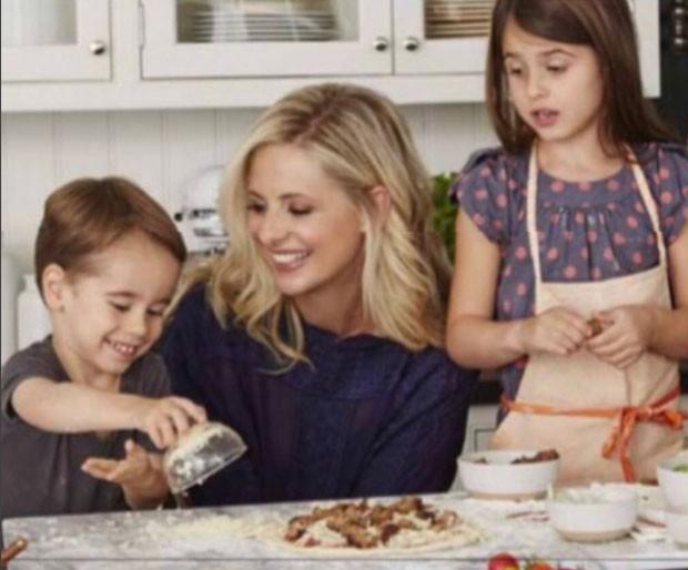 Sarah Michelle Gellar com os filhos, Rocky e  Charlotte  (Foto: Reprodução)