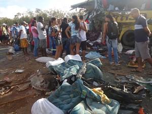 Acidente com ônibus, carreta e trator deixa 14 mortos, diz PRF na Bahia. (Foto: Carlos Alberto/ site Aragão Notícias)