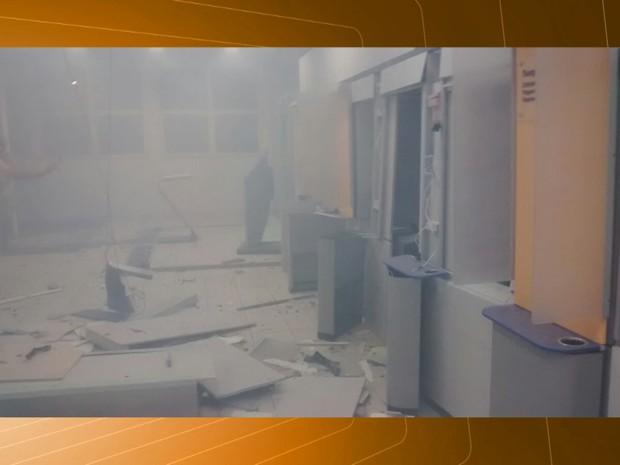 Estrutura da agência bancária em Soledade dicou parcialmente destruída (Foto: Reprodução/TV Paraíba)