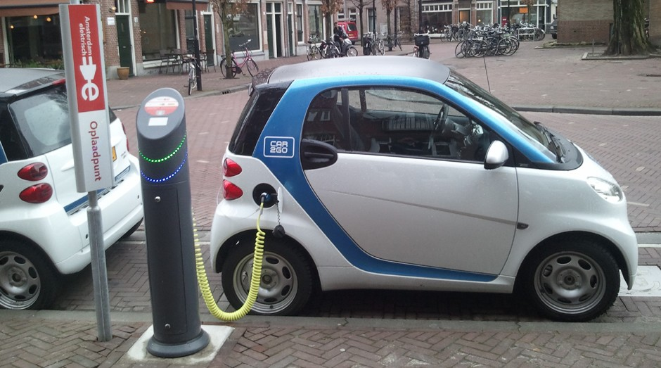 Carro elétrico sendo carregado em Amsterdam, Holanda (Foto: Wikimedia Commons)