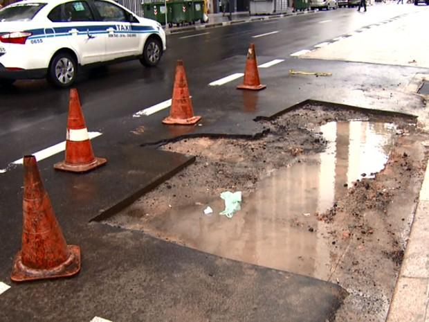 Buraco no asfalto da Avenida Francisco Glicério, no Centro de Campinas  (Foto: Reprodução EPTV)