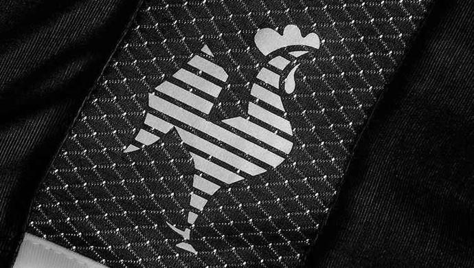 Detalhe da nova camisa do Atlético-MG: Galo bordado (Foto: Divulgação / Dryworld)