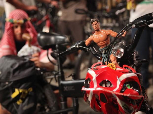 Detalhe da bicicleta de um dos participantes da pedalada pelada na Avenida Paulista (Foto: Fábio Tito/G1)