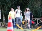 Paul Wesley e Phoebe Tonkin visitam rampa da Pedra Bonita, no Rio
