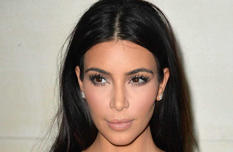 Pode até parecer, mas Kim Kardashian não vivia de papo para o ar quando jovenzinha. Ela organizava closets de celebridades, foi assistente pessoal de Paris Hilton e manteve até uma bem-sucedida loja virtual. (Foto: Getty Images)
