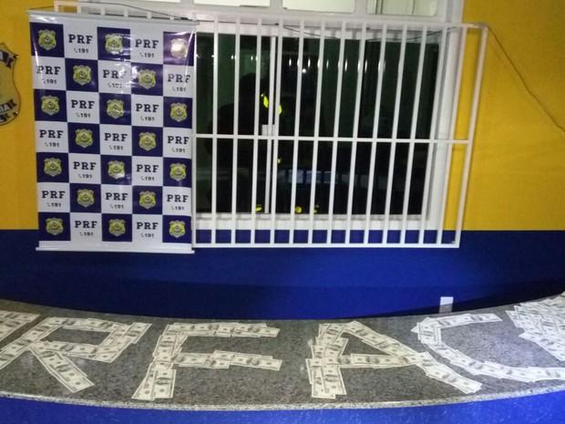 Mulher, juntamento com a quantia em dinheiro, foram encaminhadas para a sede da Polícia Federal de Epitaciolância (Foto: Divulgação/PRF-AC)