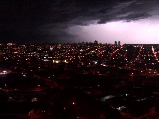 São Carlos teve chuva de raios na noite de quarta-feira (Foto: Reprodução/EPTV)
