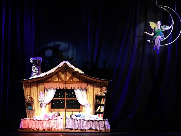 Fada leva duas meninas a uma fábrica de presentes, em show do Natal Luz de Gramado (Foto: Cleiton Thiele/Divulgação)