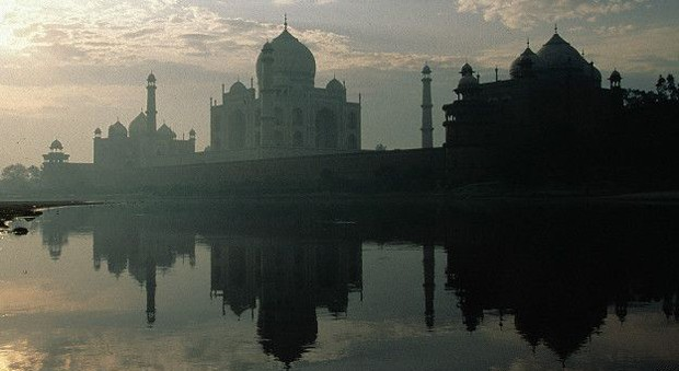 O Taj Mahal foi uma obra encomendada pelo imperador mongol Shah Jahan para sua esposa Mumtaz. Foi construído entre 1631 e 1654 às margens do rio Yamuna (Foto: BBC)