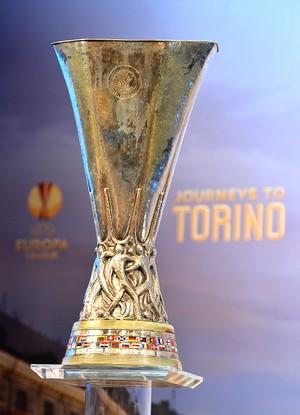 Sorteio Uefa Europa League trofeu (Foto: AFP)
