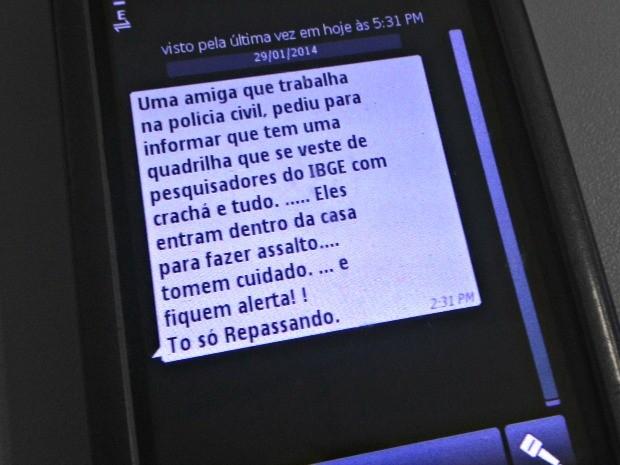 Mensagens são compartilhadas, principalmente através do WhatsApp (Foto: Veriana Ribeiro/G1)