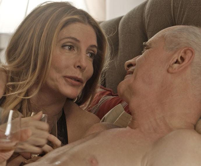 Claudine passa a noite com Feliciano... (Foto: TV Globo)