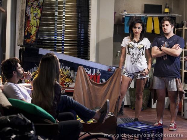 Guto entra na sala e estraga o clima romântico de Lili e William (Foto: Inácio Moraes/TV Globo)