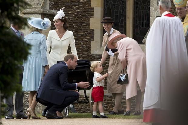 Príncipe William observa o filho, George, conversando com a Rainha Elizabeth (Foto: AFP)