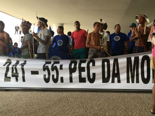 Com arcos e flechas, índios protestam no Palácio do Planalto contra PEC que limita gastos públicos (Foto: Gabriel Luiz/G1)