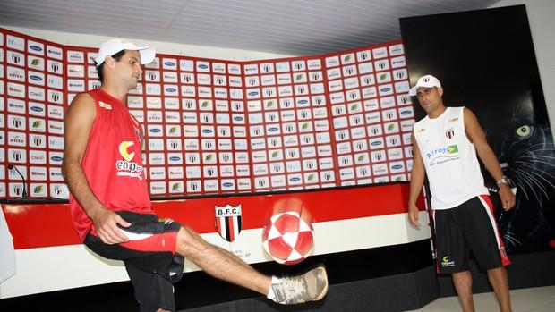 Valter e Felipe dão uma pequena demonstração durante a apresentação oficial (Foto: Cleber Akamine)