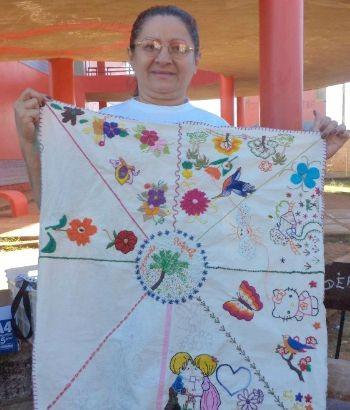 Vidas Bordadas promove cursos de capacitação em costura e bordado para mulheres, aulas de reforço escolar nas disciplinas que as crianças têm dificuldade e balé (Foto: Divulgação)