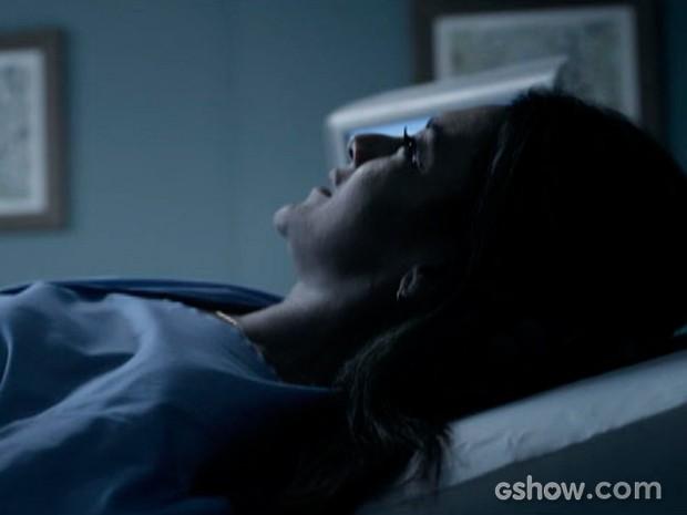 Rosa se emociona ao realizar ultrassonografia (Foto: O Rebu / TV Globo)