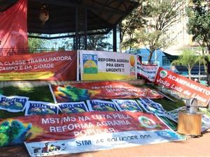 Faixas usadas em manifesto na praça Ary Coelho em Campo Grande. (Foto: Priscilla dos Santos/ G1 MS)
