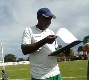 Técnico Luiz Carlos acerta últimos detalhes para colocar o Gurupi em campo (Foto: Rogério Rodrigues/Divulgação)