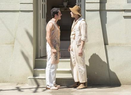 Candinho encosta Ernesto na parede e pergunta se ele vai mesmo casar com Filomena